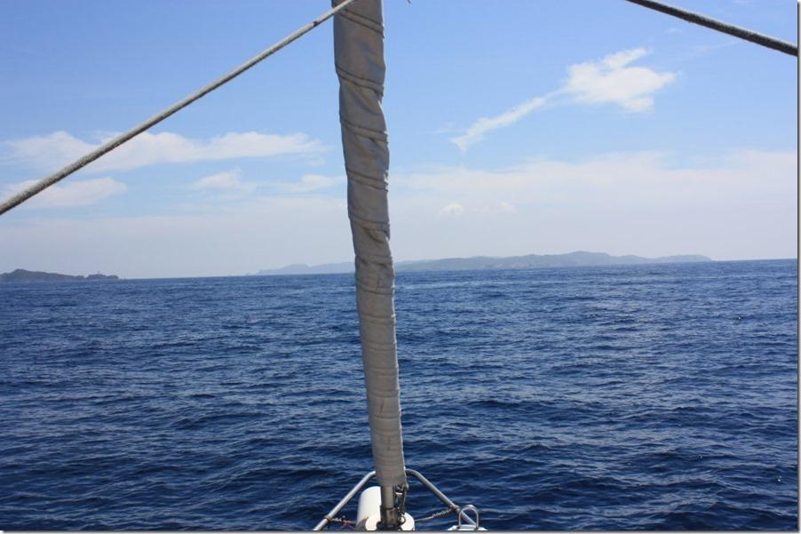 8 Le vent tombe, je finis au moteur. On voit l'ile de Porquerolles et à gauche, la presqu'ile de Gien